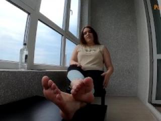 После тренировки любовницы парень слизал с её ступней от пот и сперму.
